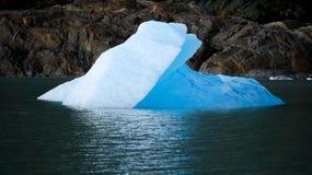 Μικρό παγόβουνο που επιπλέει στη λίμνη κοντά στον γκρίζο παγετώνα Torres del Paine, Παταγωνία/Χιλή Στοκ Εικόνα