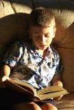 μικρό παιδί ανάγνωσης στοκ φωτογραφίες με δικαίωμα ελεύθερης χρήσης