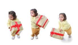 μικρό παιδί δώρων Χριστουγέννων Στοκ φωτογραφία με δικαίωμα ελεύθερης χρήσης