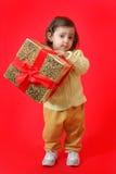 μικρό παιδί δώρων Χριστουγέ& Στοκ Εικόνες