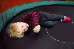 Μικρό παιδί κώλων μετά από τη δραστηριότητα στο τραμπολίνο Στοκ φωτογραφίες με δικαίωμα ελεύθερης χρήσης