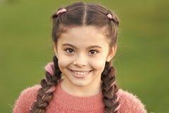 Μικρό παιδί με μακρυμάλλη Μόδα φθινοπώρου για το όμορφο κορίτσι E Το φθινόπωρο αγκαλιάζει στοργικά Άνετα όμορφος r στοκ φωτογραφίες