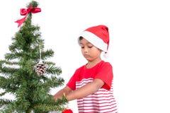 Μικρό παιδί με τη διακόσμηση του χριστουγεννιάτικου δέντρου Στοκ Φωτογραφία