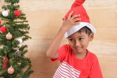 Μικρό παιδί με τη διακόσμηση του χριστουγεννιάτικου δέντρου Στοκ Εικόνες
