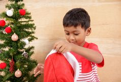 Μικρό παιδί με τη διακόσμηση του χριστουγεννιάτικου δέντρου Στοκ φωτογραφίες με δικαίωμα ελεύθερης χρήσης