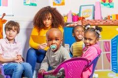 Μικρό παιδί με τον ειρηνιστή στην ομάδα βρεφικών σταθμών παιδιών στοκ εικόνες