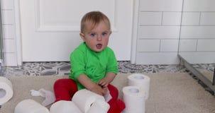 Μικρό παιδί με το χαρτί τουαλέτας φιλμ μικρού μήκους