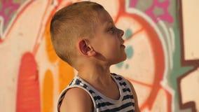 Μικρό παιδί πορτρέτου στο αστικό περιβάλλον φιλμ μικρού μήκους