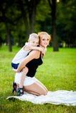 Μικρό παιδί που έχει τη διασκέδαση με τη μητέρα του στοκ εικόνα