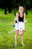 Μικρό παιδί που έχει τη διασκέδαση με τη μητέρα του στοκ εικόνες