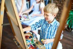 Μικρό παιδί που απολαμβάνει την κατηγορία τέχνης Στοκ Εικόνες