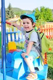 Μικρό παιδί που απολαμβάνει τη διασταύρωση κυκλικής κυκλοφορίας Στοκ εικόνα με δικαίωμα ελεύθερης χρήσης
