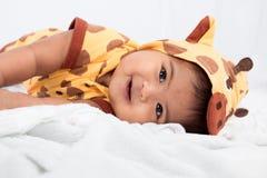 μικρό παιδί που βρίσκεται στο μαλακό κάλυμμα Στοκ Εικόνες