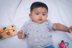 μικρό παιδί που βρίσκεται στο μαλακό κάλυμμα Στοκ εικόνα με δικαίωμα ελεύθερης χρήσης