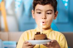 Μικρό παιδί που εκρήγνυται το κερί και που κάνει την επιθυμία γενεθλίων Στοκ Εικόνες