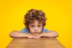 Μικρό παιδί που εξετάζει ονειρεμένα τη κάμερα Στοκ φωτογραφία με δικαίωμα ελεύθερης χρήσης