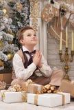 Μικρό παιδί που κάνει την επιθυμία κοντά στο χριστουγεννιάτικο δέντρο Στοκ εικόνα με δικαίωμα ελεύθερης χρήσης