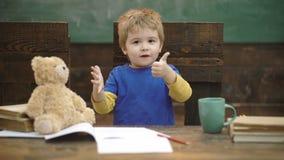 Μικρό παιδί που μαθαίνει να μετρά Προσθήκη των αριθμών με τα χέρια Μάθημα Math στον παιδικό σταθμό Παιδιά σχολείου, που μετρούν ε απόθεμα βίντεο