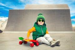 Μικρό παιδί που οδηγά στους απότομους λόφους για να κάνει σκέιτ μπορντ στο πάρκο σαλαχιών ακραίος αθλητισμός στοκ εικόνα με δικαίωμα ελεύθερης χρήσης