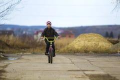 Μικρό παιδί που οδηγά το ποδήλατό του στο πάρκο υπαίθρια Στοκ Εικόνα
