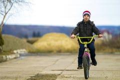Μικρό παιδί που οδηγά το ποδήλατό του στο πάρκο υπαίθρια Στοκ φωτογραφίες με δικαίωμα ελεύθερης χρήσης