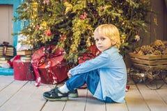 Μικρό παιδί που παίρνει έτοιμο για τις διακοπές christmas happy merry new year Στοκ Εικόνα