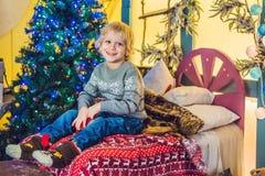 Μικρό παιδί που παίρνει έτοιμο για τις διακοπές christmas happy merry new year Στοκ εικόνες με δικαίωμα ελεύθερης χρήσης