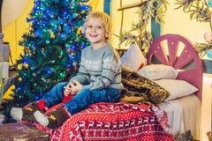 Μικρό παιδί που παίρνει έτοιμο για τις διακοπές christmas happy merry new year Στοκ Φωτογραφίες