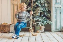 Μικρό παιδί που παίρνει έτοιμο για τις διακοπές christmas happy merry new year Στοκ Φωτογραφία
