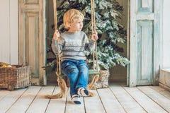 Μικρό παιδί που παίρνει έτοιμο για τις διακοπές christmas happy merry new year Στοκ εικόνα με δικαίωμα ελεύθερης χρήσης