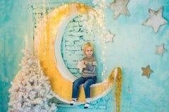 Μικρό παιδί που παίρνει έτοιμο για τις διακοπές christmas happy merry new year Στοκ Εικόνες
