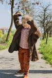 Μικρό παιδί που προσποιείται να είναι ενήλικος στοκ εικόνα με δικαίωμα ελεύθερης χρήσης