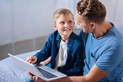 Μικρό παιδί που συζητά τα κινούμενα σχέδια με τον πατέρα του Στοκ Εικόνα