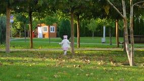 Μικρό παιδί που τρέχει στο πάρκο φθινοπώρου απόθεμα βίντεο