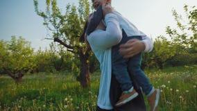 Μικρό παιδί που τρέχει του βραχίονα μητέρων απόθεμα βίντεο