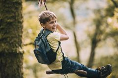 Μικρό παιδί σε μια ταλάντευση σχοινιών Στοκ Εικόνες