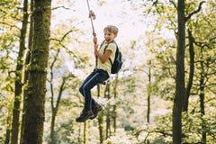 Μικρό παιδί σε μια ταλάντευση σχοινιών Στοκ Φωτογραφία