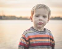 Μικρό παιδί σοβαρό στη λίμνη Στοκ φωτογραφία με δικαίωμα ελεύθερης χρήσης