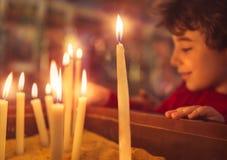 Μικρό παιδί στην εκκλησία σε Πάσχα στοκ εικόνες