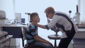 Μικρό παιδί στην υποδοχή του οφθαλμολόγου φιλμ μικρού μήκους