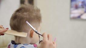 Μικρό παιδί στο barbershop απόθεμα βίντεο