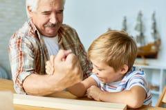 Μικρό παιδί Armwrestling με Grandpa Στοκ εικόνες με δικαίωμα ελεύθερης χρήσης