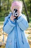 Μικρό παιχνίδι κοριτσιών με μια φωτογραφική μηχανή slr Στοκ Φωτογραφία