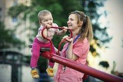 Μικρό παιχνίδι κοριτσιών με τη μητέρα της στοκ εικόνα