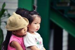 Μικρό παιδί αγκαλιάσματος μικρών κοριτσιών Στοκ Εικόνα