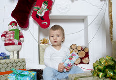 Μικρό παιδί γύρω από μια εστία Χριστουγέννων Στοκ Εικόνα