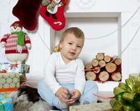 Μικρό παιδί γύρω από μια εστία Χριστουγέννων Στοκ Φωτογραφίες