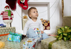 Μικρό παιδί γύρω από μια εστία Χριστουγέννων Στοκ εικόνες με δικαίωμα ελεύθερης χρήσης