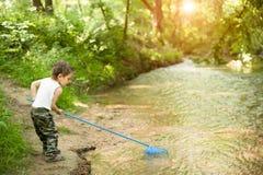 Μικρό παιδί, καθαρό, ποταμός, καλοκαίρι, θερμότητα, αλιεία, άτακτος, αστεία, δάσος στοκ εικόνες