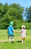 Μικρό παιδί και κορίτσι χέρι-χέρι Στοκ Εικόνες